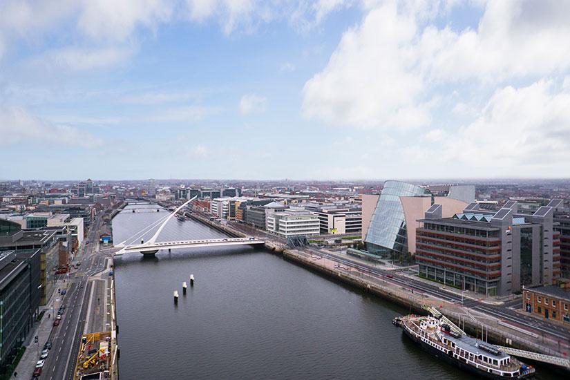 Cork (prononcé en anglais : /kɔː(ɹ)k/, en irlandais : Corcaigh, /ˈkoɾkɪɟ/) est la deuxième plus grande ville dIrlande et la troisième ville la plus peuplée de lîle dIrlande après Dublin et la ligue tout-pour-lIrlande (en).